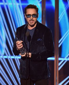 Robert Downey Jr. Photos - Actor Robert Downey Jr. accepts Favorite Movie Actor onstage during the People's Choice Awards 2017 at Microsoft Theater on January 18, 2017 in Los Angeles, California. - People's Choice Awards 2017 - Show