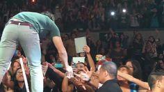 Taylor Lautner shows his Ellen underwear in Manila!