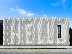 オーストラリアのメルボルンの一角に、一風変わった家が現れた。家正面の真っ白いレンガの壁に、大きく「HELLO」の文字が浮かび上がっているのだ。そんな道行く人に元気な挨拶をしてくれる家の名前は、「Hel
