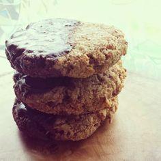Ontbijtkoekjes  80 gr pecannoten 90 gr havermout 30 gr kokosmeel 1/2 thl kaneel snuf zout 3 el gesmolten kokosolie 9 el rijstmelk of melk naar keuze  1/2 thl vanille 8 dadels, even geweekt in heet water 1 banaan 1 thl bakpoeder 1/2 reep pure chocola (ik heb 85% gebruikt), gesmolten  Verwarm de oven voor op 160 graden.