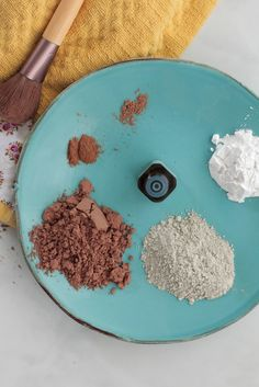 The BEST tried-and true homemade foundation powder makeup recipe. Plus, a homemade foundation powder video tutorial! Homemade Foundation, No Foundation Makeup, Powder Foundation, Liquid Foundation, Kajal Eyeliner, Homemade Beauty Products, Natural Cleaning Products, Lush Products, Natural Products