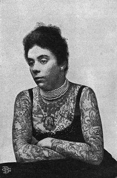 Mrs. Williams, 1897. Tatuagem hoje pode parecer coisa banal e não falta por aí gente trazendo verdadeiras obras de arte no corpo. Mas nem sempre foi tão fácil assim, especialmente no caso das mulheres. Vê-las tatuadas era tão raro que as pessoas pagavam pra assistir. Alguns nomes ficaram célebres na viragem do século XIX para o XX por causa da atitude corajosa e inovadora.