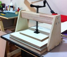 A nice solid method to press/ clamp boards together.