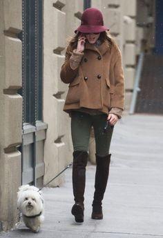 só pra ir ali dar uma voltinha com o cachorro :) ó como botonas sobre calça são mais legais quando tem proporções interessantes, cores diferentes do preto de sempre e cobre outras calças que não o onipresente jeans!