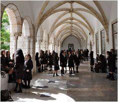Alunas do IO numa das alas do Claustro Principal do Mosteiro de Odivelas - recreio à hora da saída. No ano lectivo de 2013/2014 perderam-se mais de 50 candidaturas de alunas para o 5.º ano. Não funcionou, igualmente, o 7.º ano e o 10.º ano para alunas externas.