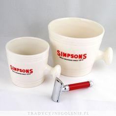 Ręcznie wykonany w Anglii porcelanowy kubek do golenia. Kubek w kolorze kości słoniowej z logo Simpsons. Wysokość 10 cm, średnica podstawy 9cm, średnica u góry 12cm. Idealny do wyrabiania piany do golenia przez duże pędzle.