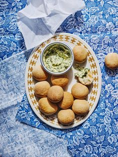 A recipe for Pizza Express style dough balls and garlic butter from 'Fakeaway'. Home Recipes, Pizza Recipes, Appetizer Recipes, Appetizers, Bread Recipes, Martha Stewart, Pillsbury Recipes, Vodka Sauce, Mini Sandwiches