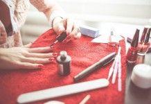 Faça você mesma: 9 decorações glamurosas para unhas