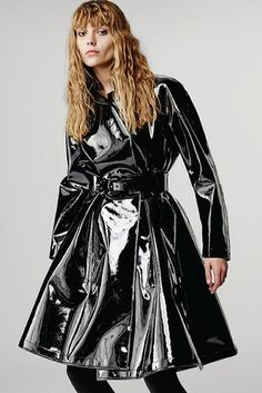 Giorgio Armani Pre-Fall 2016 Fashion Show Collection Fall Fashion 2016, Fashion Week, Fashion Show, Autumn Fashion, Pvc Fashion, Fashion Moda, Ideias Fashion, Black Raincoat, Raincoat Outfit