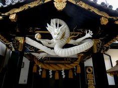 屋根の上の黒龍は以前紹介しているが 祈祷所の鴨居に白龍が設置されたので写真を添付しておく。 この白龍はなかなかいい感じだと思う。 黒龍と共に一見の価値があると思うので是非参拝していただきたい。 ※印刷しても綺麗なように画像サイズは1600×1200にしている。 最初にここに参拝... Japanese Dragon, Chinese Dragon, Japanese Art, Asian Sculptures, Japanese Landscape, Statues, Dragon Art, Dojo, Japanese Culture