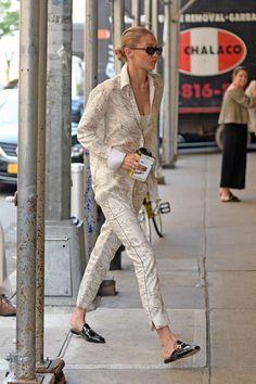 Gigi Hadid suited up in a Victoria Victoria Beckham silk shirt and matching pants Estilo Gigi Hadid, Gigi Hadid Style, Spring Work Outfits, Spring Outfits Women, Star Fashion, Paris Fashion, Outfits Juvenil, Gigi Hadid Outfits, Chic Outfits