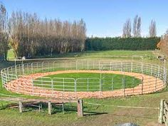 round pen fencing - Google Search Dream Stables, Dream Barn, Round Pens For Horses, Horse Arena, Horse Shelter, Horse Barn Plans, Riding School, Training Exercises, Horse Property