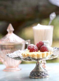 Coconut custard tarts with fresh raspberries - my 2 faves coconut & raspberries Raspberry Tarts, Raspberry Recipes, Custard Tart, Coconut Custard, Pie Crumble, Sweet Tarts, High Tea, T 4, Tea Time