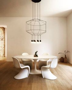 This Roman apartment went through an important conservative intervention that wanted to emphasize the original ancient structure of the building through the addition of modern Interior Design elements: chairs and Wireflow pendant lamp by Chaise Panton, Vitra Chair, Interior Design Elements, Dining Room Lighting, Dining Room Design, Design Room, Design Design, Design Trends, Luxury Furniture