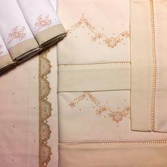 Lindo kit, peças exclusivas, bordadas a mão. <br>Kit contendo, jogo de lençol, kit fralda de boca e kit carrinho.