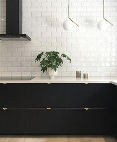 Black Tiles, White Tiles, New Kitchen, Kitchen Decor, Kitchen Ideas, Kitchen Tiles Design, Splashback, Black Kitchens, Kitchen Lighting