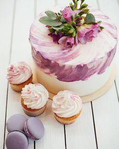 Под элегантным декором торта скрывается ароматный кокосовый бисквит с начинкой из кокосового и мангового мусса. Украшен нежными розовыми фрезиями. Автор @jules.bakery
