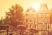 """Restips från TravelBirds webbredaktör Amelia:  """"På ett besök i Amsterdam rekommenderar jag att uppleva staden från cykelsadeln, som en local. Det ger möjlighet att se områden som man kanske inte annars ser. Besök t.ex. det härliga området kring Westerpark med marknader, konsertlokaler, biografer, caféer, barer och parker."""" #amsterdam #cykel #resor #restips"""