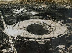 Obras do Estádio Vivaldo Lima. À esquerda, a estrada João Coelho, atual av. Constantino Nery. Manaus. Acervo: Moacir Andrade.