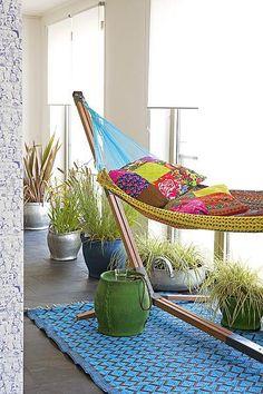 's Winters haal je het zomergevoel naar binnen met een vrolijk gekleurde hangmat.