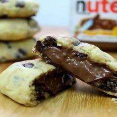 Um delicioso cookie recheado de Nutella e cheio de gotas de chocolate na massa. Precisa dizer mais?!