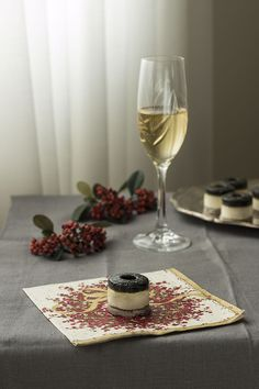 Canapé de Mousse de Brandada de bacalao y Gelatina de Ajo Negro sobre galletas de olivas negras