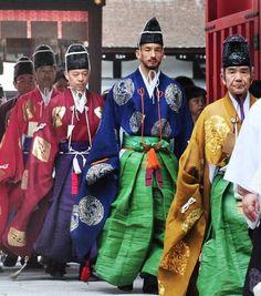 サッカーW杯日本代表の必勝を祈願した蹴鞠が催され、伝統装束姿で登場した元日本代表の中田英寿さん(右から2人目)=31日午後、京都市左京区の下鴨神社