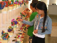 Conhecer ambientes culturais como museus, teatros e galerias, é importante para o repertório tanto do professor quanto das crianças (foto: Ecology of Education)