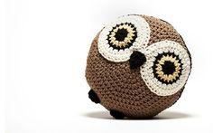 """Almofada em crochê coruja. 100% de cacau marrom, grandes olhos amarelos, os minúsculos pés e as costas são todos pretos, dando-lhe um contraste maravilhoso. Ele mede 13 """" e é redondo."""