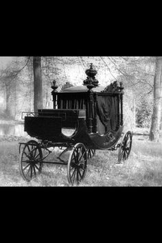Victorian hearse, creepy yet beautiful. Old Photos, Vintage Photos, Post Mortem, Arte Horror, Horse Drawn, Victorian Gothic, Victorian Fashion, Dark Gothic, Paranormal