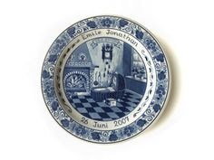 Delftsblauwe geboortebordjes maken we nog steeds.  We still make Blue Delft birth plates, personalized with name and birth date