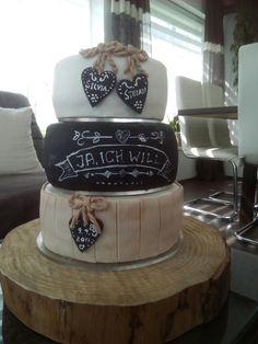 Hochzeitstorte in Kreidetafel-Optik Chalkboard, Wedding Cakes, Food, Pies, Wedding Gown Cakes, Essen, Chalkboards, Cake Wedding, Meals