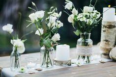 Eine Hochzeit ganz im natürlichen Stil. Birkenholz, Jute und Spitze lassen eure Tischdeko modern und lockern aussehen.