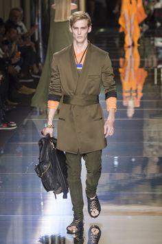 Robe e Blazer em uma única peça, a Balmain Homme também trouxe o verde militar, mas em contraste a tons mais alegres, como o laranja - Verão 2017/18 #Paris #PFW #menswear #catwalk #alfaiataria #tailoring #summer #FocusTextil