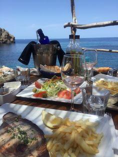 Die schönsten Restaurants mit Meerblick auf Mallorca - COOKIES FOR MY SOUL Paella, Restaurants, Table Settings, Places, Fish Dishes, Food Menu, Majorca, Voyage, Easy Meals