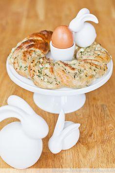 Perfekt für die Ostertafel ist dieser gefüllte Osterkranz: Hüttenkäse und frische Kräuter machen ihn zu einem frühlingshaften Gebäck. :)