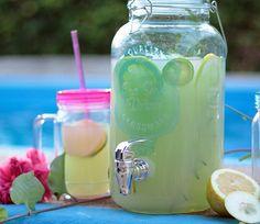 Limonada de romero y té matcha en jarra para verano