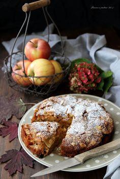 """Questa torta alle mele e uvetta, ricetta di Csaba dalla Zorza, è un dolce assolutamente speciale, perfetto per il tea time e per un momento """"hygge"""""""