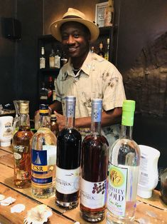 Ian Burrell, Global Rum Ambassador with rums from St Kitts. Caribbean Drinks, Caribbean Restaurant, Caribbean Recipes, Caribbean Cruise, Caribbean Food, Ursula, Amazing Destinations, St Kitts And Nevis, Photo Credit