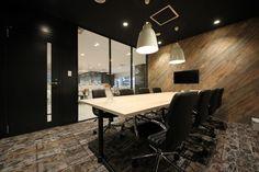 オフィスデザイン実績~木目柄でブラックフレームでオフィス空間にアクセントをプラスワン!