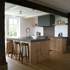 Custom kitchen in oak. Nice detail, the wooden scrap wall of the kitchen . Kitchen Decor, House Design, New Kitchen, Kitchen Plans, Kitchen, Home, Custom Kitchen, Kitchen Design, Home Decor