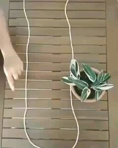 Wonderful Absolutely Free Macrame Plant Hanger videos Strategies www. Diy Crafts Hacks, Diy Home Crafts, Garden Crafts, Diys, House Plants Decor, Plant Decor, Hanging Plant Diy, Hanging Flower Pots, Macrame Hanging Planter