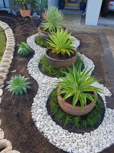 Looking for decorating ideas for the garden? Check these 20 DIY garden decor ideas that will surely increase the beauty of your garden. Hunting is more your hobby DIY garden decor idea details. Backyard Garden Design, Diy Garden Decor, Front Yard Garden Design, Front Yard Decor, Modern Front Yard, Front House Garden Ideas, Garden Decorations, Rock Garden Design, Front Yard Ideas
