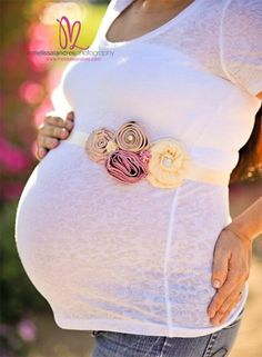 Maternity flower belly bands. @Dominique Aizpurua Flugelman @Rebecca DeWitt Hubbard Kale Im sure you could make this. So cute!