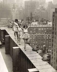 Dançarinas esbanjam alegria dançando no telhado de um dos prédios de Nova Iorque, no ano de 1925.