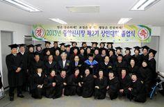 중앙신시장 상인대학졸업식장에서 권영세 안동시장이 상인대학졸업생들과 기념촬영을 하고 있다.(2013. 11. 26.)