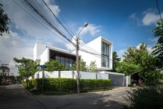 Image 28 of 37 from gallery of NY House / IDIN Architects. Photograph by Ketsiree Wongwan Modern Tropical House, Tropical Houses, Modern House Design, Facade Architecture, Residential Architecture, Morden House, Mansions Homes, Dream House Exterior, Facade House