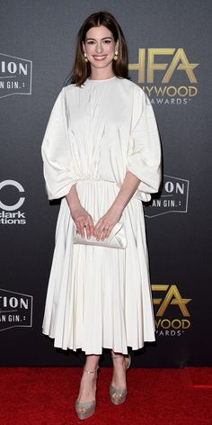 Anne Hathaway made an elegant statement in a pleated Valentino dress, platform heels, and a Tyler Ellis clutch at the Annual Hollywood Film Awards. Trendy Outfits, Fashion Outfits, Fashion Trends, Valentino Dress, Beautiful Prom Dresses, Red Carpet Looks, Ladies Dress Design, Fashion Advice, Star Fashion