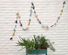 The third paper tutorial in our Paper Lovers Week comes form Erika of Mikodesign. Here, she shows us how to make a garland of paper birds, and her handy templates of birds and feathers make our life so much easier!