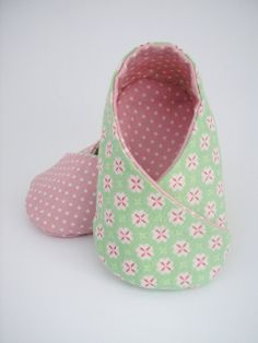 Zapatito Bebé 03 m. Reversibles. Verde y Rosa. Lunares. por Jocaina, $36.00 Felt Baby Shoes, Baby Girl Shoes, Baby Kimono, Baby Uggs, Sewing Baby Clothes, Baby Shoes Pattern, Baby Boutique Clothing, Unique Baby Gifts, Baby Slippers
